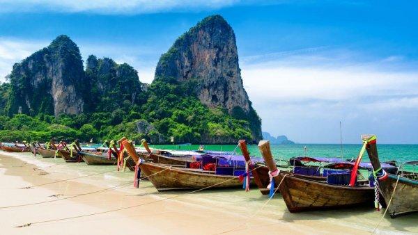 Почти 50 туристов пропали без вести при крушении лодки в Таиланде