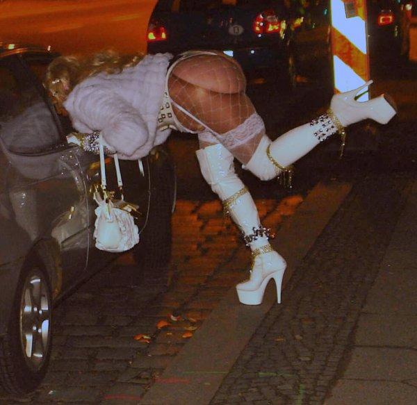 После секса с саратовским пенсионером проститутка выпала из окна