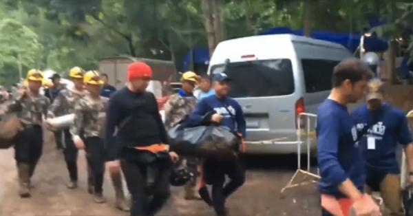 Запертых в пещере в Таиланде детей ожидает новая угроза