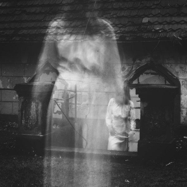 Охранник в пустом торговом центре снял на видео призрак девочки