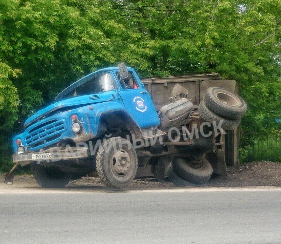 «ЗИЛ-акробат»: В Омске грузовик с логотипом «Единой России» развалился посреди дороги
