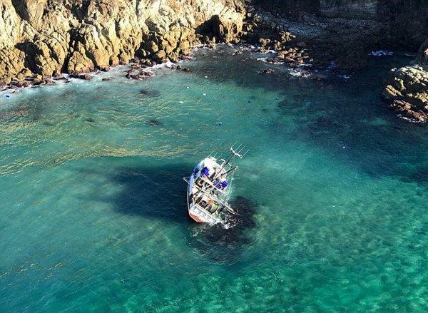 Четыре мужчины чудом спаслись с тонущего рыболовного траулера