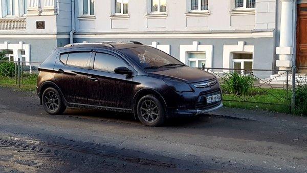 В Омске машины, препятствующие ремонту дорог, залили битумом