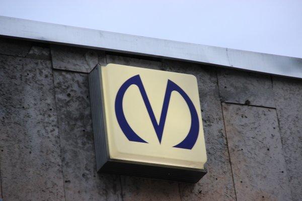 Около станции метро «Проспект Просвещения» в Петербурге образовался «гейзер»