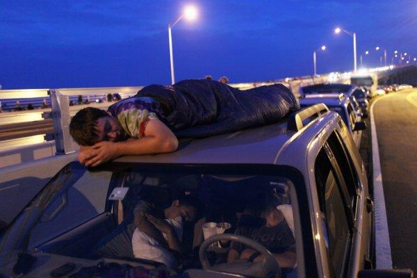 В Уфе школьники на высокой скорости ехали на крыше автомобиля