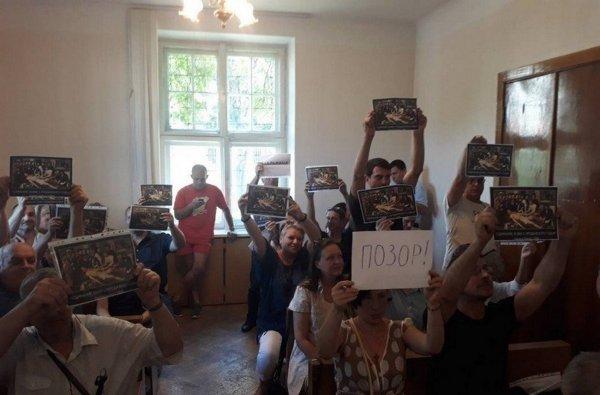 В Беларуси люди принесли на суд репродукцию картины «Сдирание кожи с продажного судьи»
