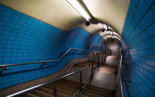 В Москве пассажир метро умер во время попытки скатиться по перилам