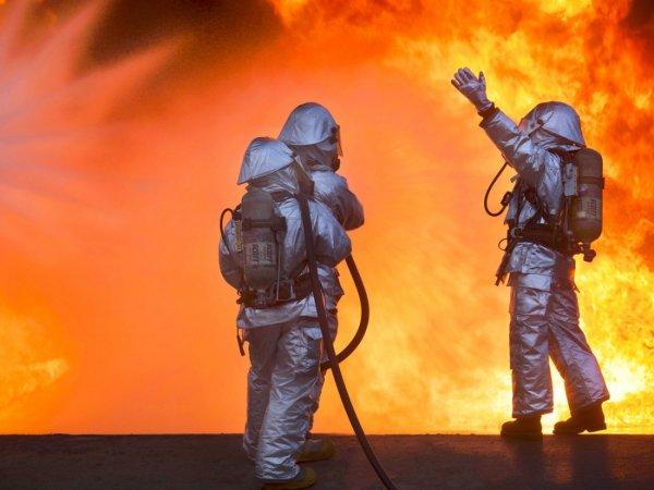 В Екатеринбурге возросла площадь пожара на складе