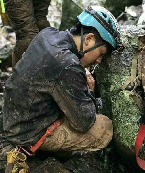 Фото освободившего из пещеры в Таиланде детей спасателя восхитило юзеров Сети