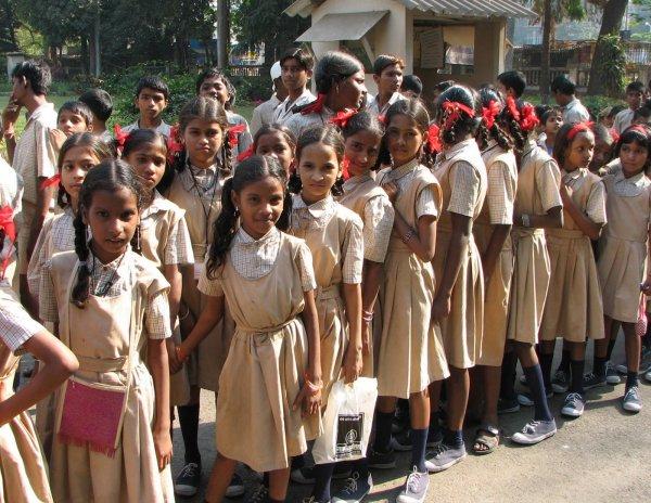 Учениц индийской школы для девочек без причины заперли без еды в подвале