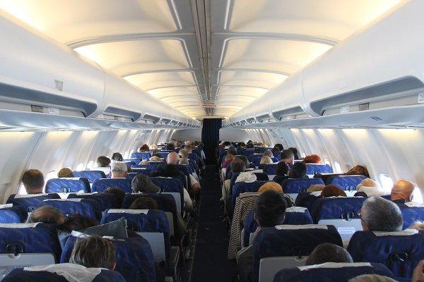 В Москве экстренно сел самолет из Махачкалы из-за курильщика в салоне
