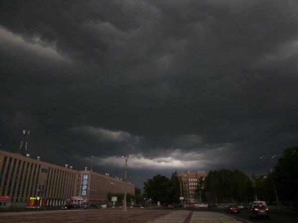 В Екатеринбурге штормовой ветер унес дом с детской площадки