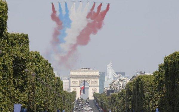 В День взятия Бастилии пилотажная группа показала неправильный флаг Франции