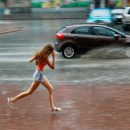 В Ростове во время ливня женщину чуть не унесло потоком воды