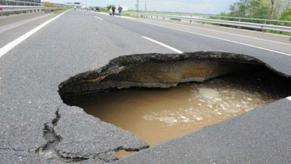 «А вы еще метро хотите»: В центре Ростова рухнул асфальт