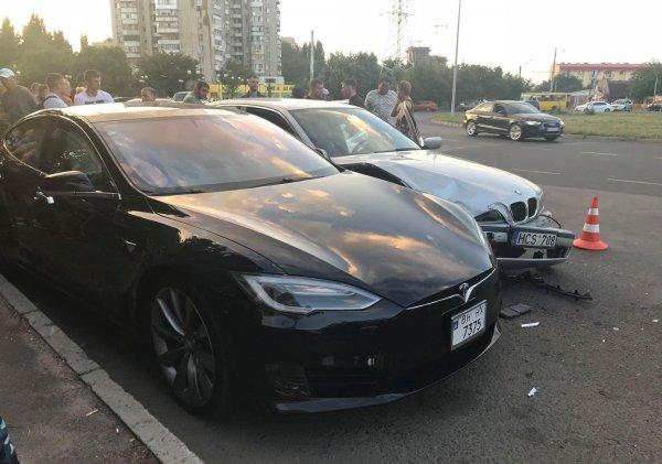 В Одессе 14-летний «мажор» на папином BMW врезался Tesla и попытался сбежать