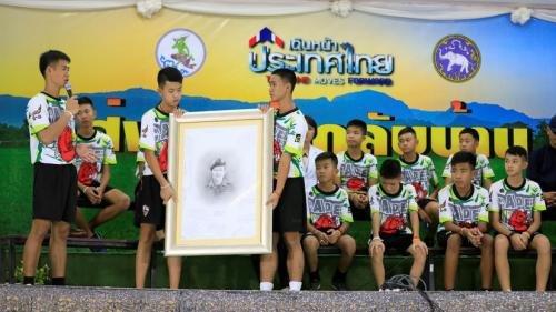 Спасенные из затопленной пещеры в Таиланде дети поблагодарили семью погибшего водолаза