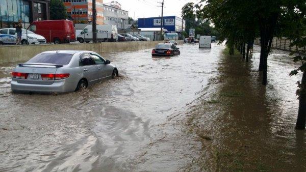 ЖД-вокзал Новочеркасска скрылся под водой из-за сильного ливня