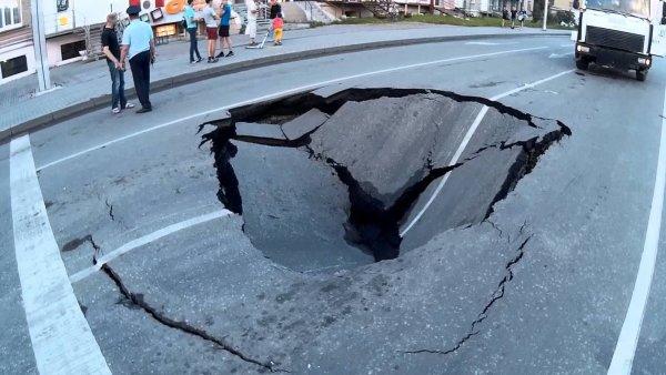 «Слепой летчик»: В Ростове-на-Дону таксист с авто на Международной ушел под землю