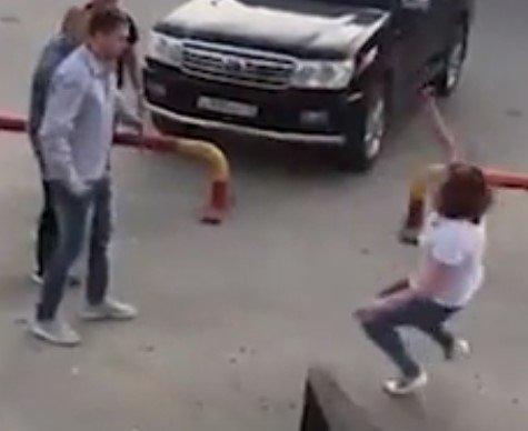 В Якутске, бросавшуюся на мужчин девушку, отправили в нокаут одним ударом