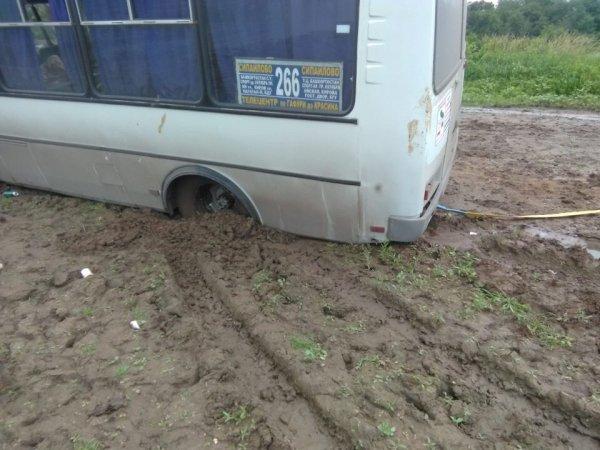 Автобус с пьяными молодыми людьми под Уфой застрял в грязи