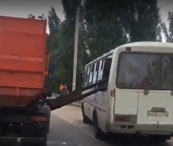 В Воронеже пенсионерке в автобусе пробило голову ковшом мусоровоза