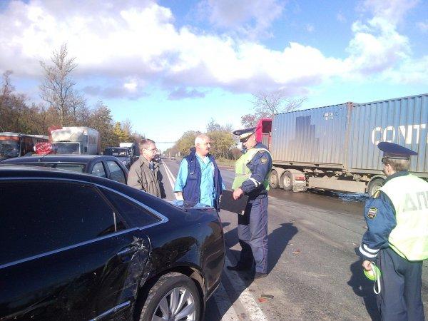 Мужчина с ломом стал бросаться на авто в Коми