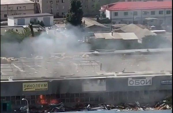 В Ростове на проспекте Сиверса загорелся ангар на рынке