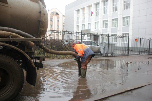 В Воронеже чистящий ливневку мужчина в трусах попал на видео