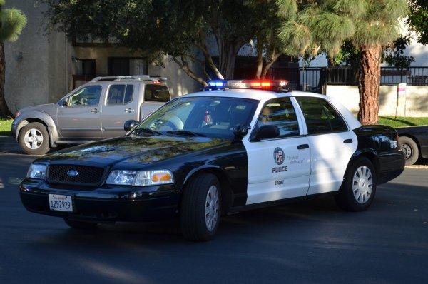В Лос-Анджелесе в перестрелке полицейский застрелил работницу магазина