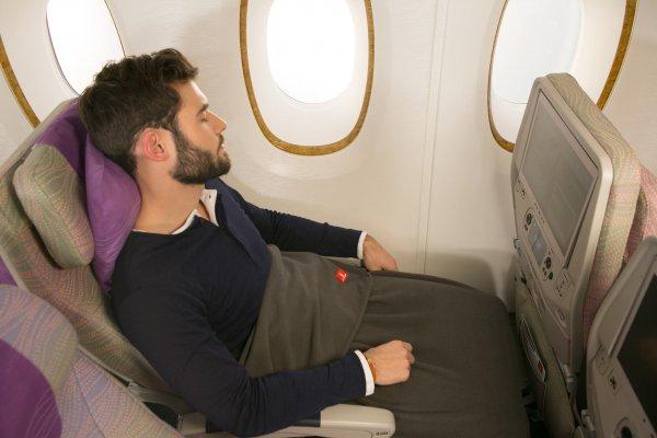 Пассажирка заметила, что на нее мастурбирует пассажир в самолете, но над ней посмеялись