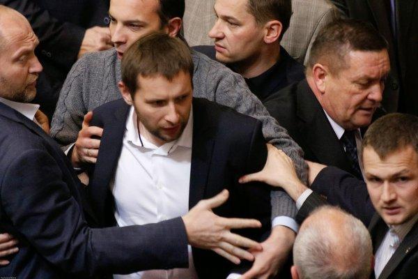 Видео с дракой украинских депутатов попало в Сеть