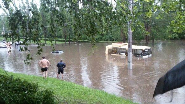 Затопленный неожиданным ливнем Ростов попал на видео