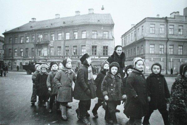 Воспитательница «выгуляла» детей на веревке в Екатеринбурге
