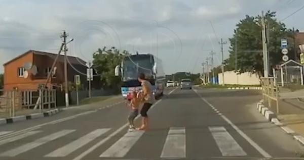 Убийственные поиски любви: Под Новороссийском автобус «Дома-2» едва не сбил женщину с ребенком