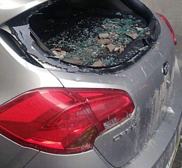В Ростове обвалившаяся штукатурка разбила машину