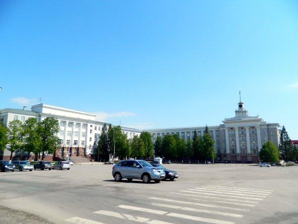 Голая женщина разгуливала по площади в Уфе