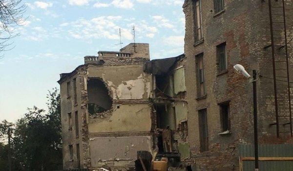 «Месть духов старого дома»: В Ростове при сносе здания перевернулся экскаватор