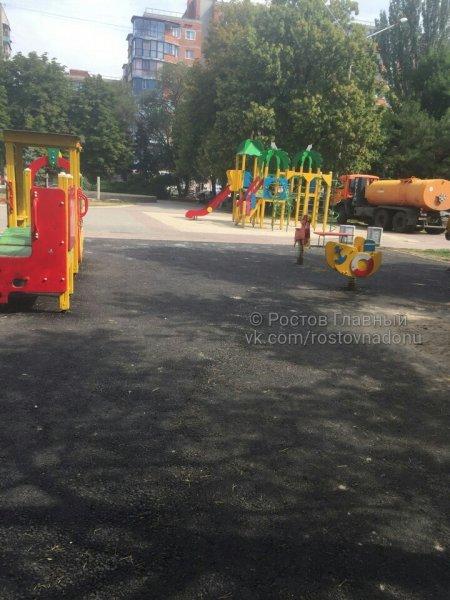 Детки не сотрутся: Ростовчане пожаловались на асфальтовое покрытие на детских площадках
