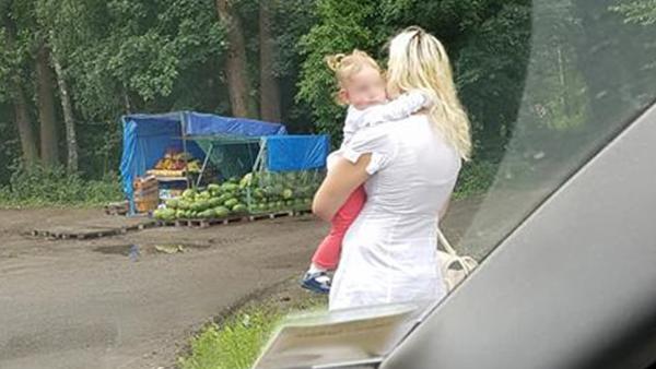 На Украине мать-проститутка вышла на трассу с дочерью на руках