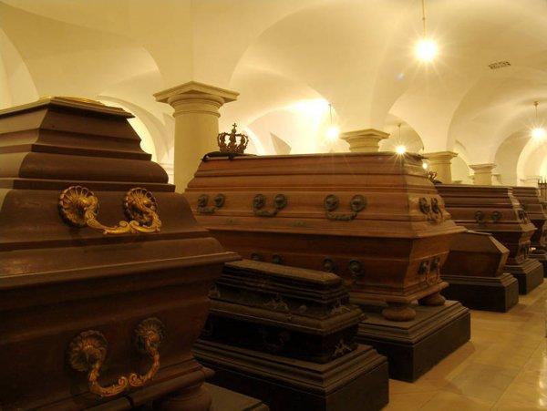 Женщина задохнулась в гробу во время религиозного ритуала для привлечения удачи