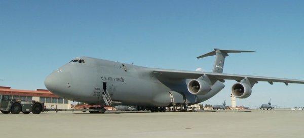 Американский военный самолёт C-5 Galaxy совершил аварийную посадку
