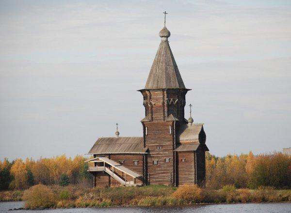 В Карелии горит старинная деревянная Успенская церковь