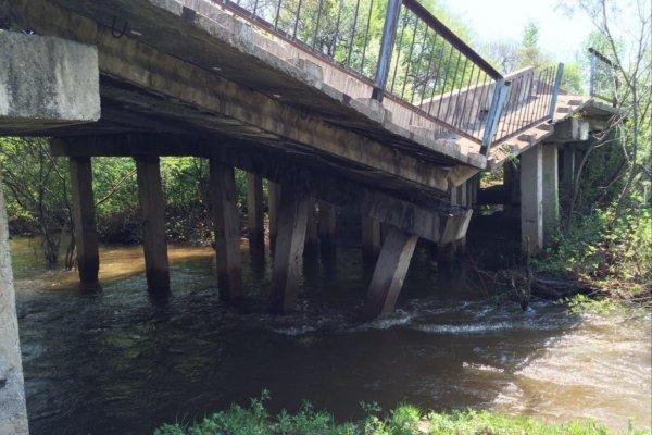 Дождём смыло пешеходный мост в городе Кировград