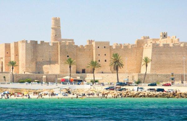 Блогеров из России с помощью оружия выгнали из отеля в Тунисе
