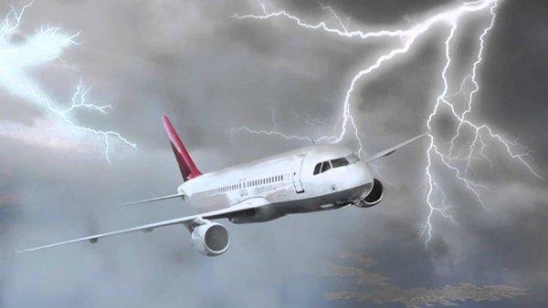 В летевший из Болгарии в Москву самолет ударила молния