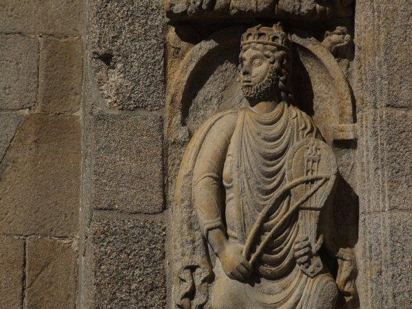 Статую святого XII века изуродовали синей кошачьей мордой