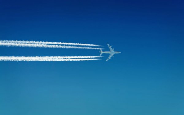 Видео погони истребителей за угнанным самолетом в США появилось в Сети