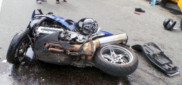 Моментальная месть: Байкер избил сбившего его водителя в Москве