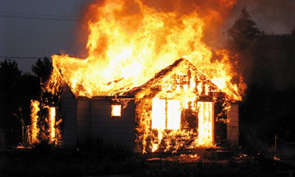 В Челябинской области полицейский, рискуя жизнью, спас женщину из горящего дома
